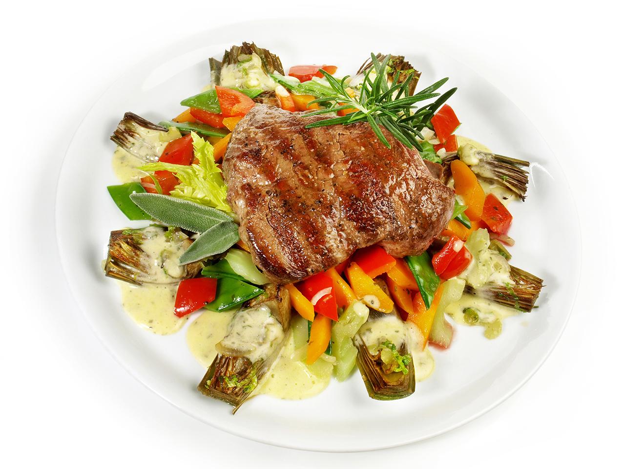 Parrillada de verduras con alcachofa y carne